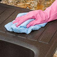 Hogyan tisztítsuk a gránit mosogatót? Próbálják ki a gránit mosogatókra ajánlott tisztítószereket!