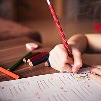 Hogyan válasszuk ki a legjobb íróasztalt gyermekünknek? A magasra állítható asztalok egyre elterjedtebbek!