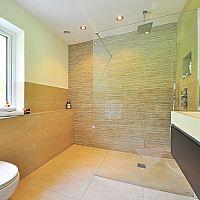 Zuhanyfal vagy csuklóajtó a fürdőszobába?