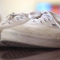 Hogyan tisztítsuk a vászoncipőt és a megsárgult gumiszegélyt?