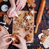A mézeskalács kiszúrók segítségével elkészíthetjük a legjobb karácsonyi sütiket!
