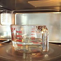 Hogyan tisztítsuk ki a mikrohullámú sütőt vegyszerek nélkül?