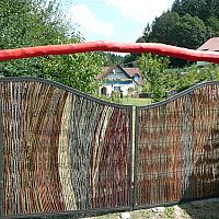 Fonott térelválasztók és kerítések fűzfavesszőből