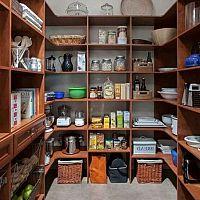 Kamra a lakásban - inspiráció. A polcok és a hűtés a legfontosabbak!