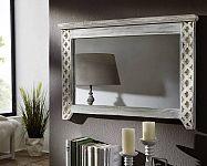 A nappaliban elhelyezett tükrök optikailag nagyítják a teret