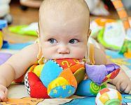 A legjobb játékok gyerekeknek 1 éves korig? A zenélő játékok és a kiságyforgók a legkisebbek tetszését is elnyerik!
