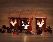 A karácsonyi gyertyatartók az asztalra és az ablakba is illenek. Nagyon közkedveltek a LED gyertyatartók is!