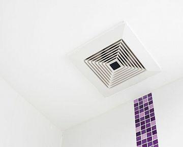 A fürdőszoba szellőztetése a tetőn és a falon keresztül. Hová helyezzük a ventilátort?